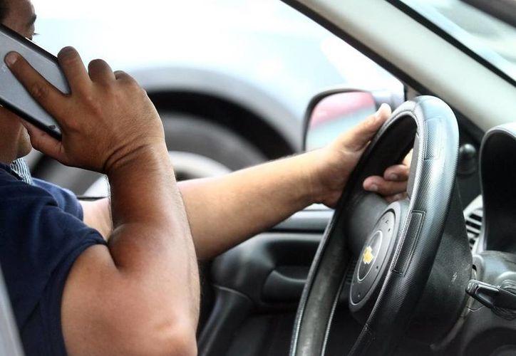 Diputados buscan hacer conciencia entre los automovilistas sobre los riesgos de usar el teléfono celular al conducir. (Archivo/SIPSE)