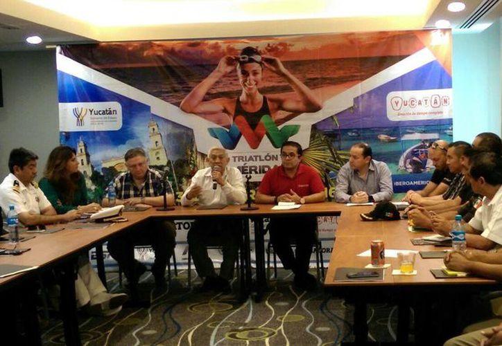 Imagen de la rueda de prensa de la presentación del evento deportivo del Triatlón 2016. (Marco Moreno/SIPSE)