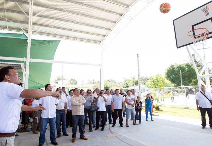 Rolando Zapata Bello lanzó un balón hacia la canasta para inaugurar la cancha de usos múltiples. (Milenio Novedades)