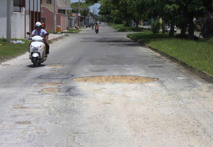 Se registran muchos baches en varios puntos del municipio. (Luis Soto/SIPSE)