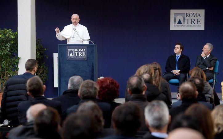 El Papa Francisco habla en la Universidad Roma Tre, el viernes 17 de febrero de 2017. donde dijo que la inmigración no representa un peligro para la cultura europea. (AP/Alessandra Tarantino)