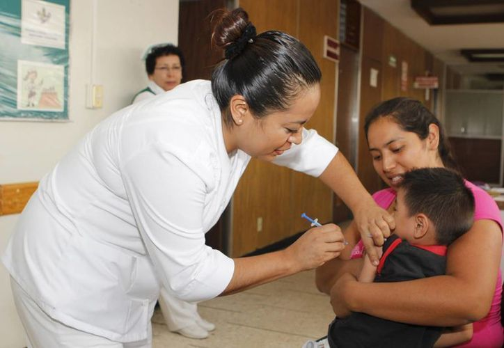Hasta el momento autoridades de salud desconocen como se pudo contaminar las vacunas con la bacteria estafilococo hominis. Imagen de una enfermera al aplicar una vacuna a una menor en un hospital del Seguro Social. (Archivo/SIPSE)