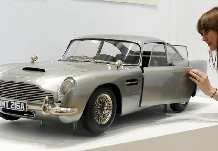 Automóviles, submarinos y varios vehículos usados por James Bond en sus filmes están a la venta en el  Miami Auto Museum. (EFE/Archivo)