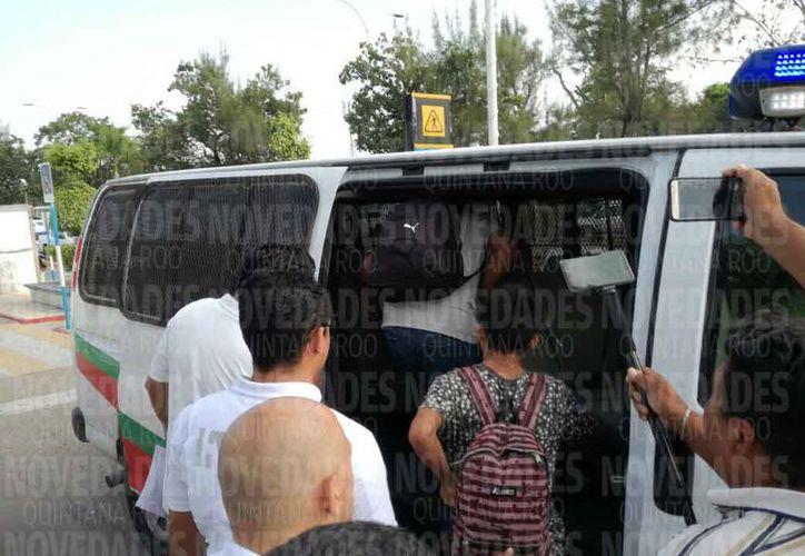 El personal del INM asegura a las personas para su deportación. Joel Zamora/SIPSE)