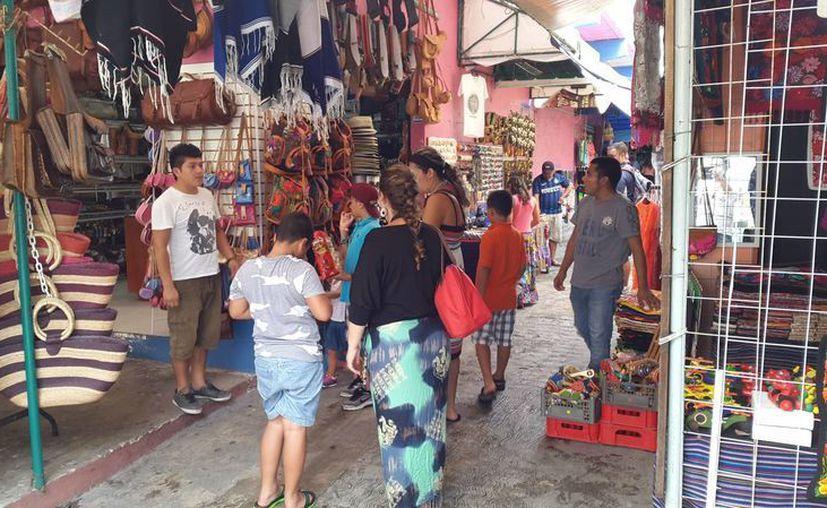 La afluencia turística en el mercado 28 incrementó 30%  este fin de semana. (Tomás Álvarez/SIPSE)