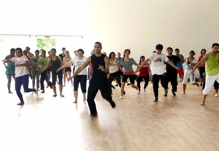 Los danzantes desarrollan técnicas de baile, con maestros profesionales en el Centro Paralímpico. (Milenio Novedades)