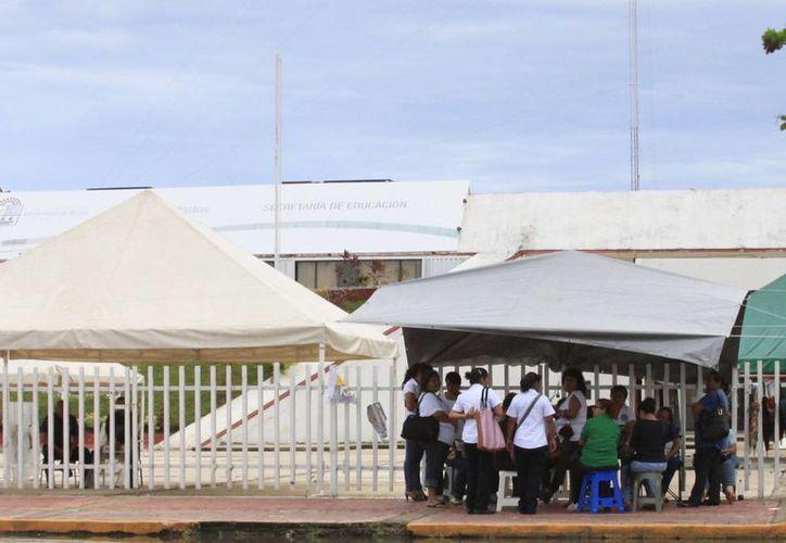 Un grupo de maestros mantienen bloqueadas las instalaciones de la SeyC. (Harold Alcocer/SIPSE)