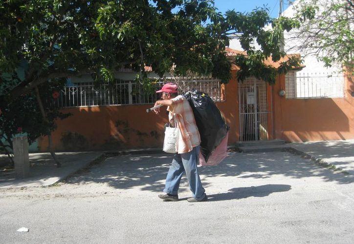 Los adultos mayores en situación de pobreza, reciben una pensión y atención médica del gobierno municipal de Bacalar. (Javier Ortiz/SIPSE)