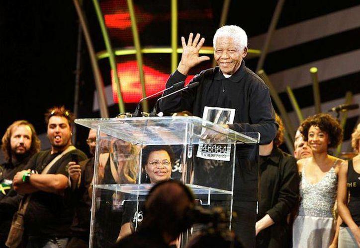 Mandela y la fundación que lleva su nombre lanzaron una colecta llamada 46664 para dar fuerza a la sensibilización y difusión sobre la prevención del Sida. (Agencias)