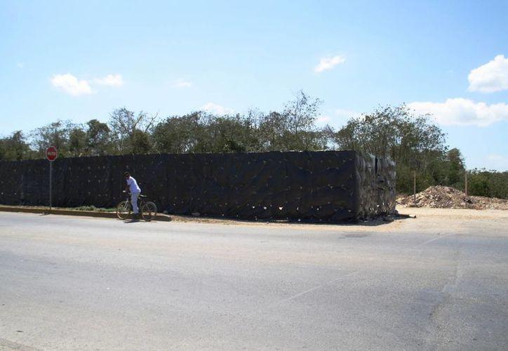 El camino usado para el tránsito vehicular,  cerrado por una inmobiliaria, será pavimentado, según autoridades municipales. (Octavio Martínez/SIPSE)