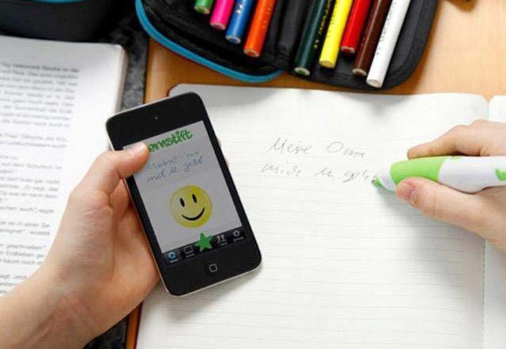 El bolígrafo 'inteligente' está conectado a un celular que muestra en la pantalla los errores que se cometen al escribir sobre el papel. (Falk Wolsky)