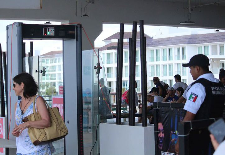 La terminal continúa con arcos detectores de metales y elementos de la Policía Municipal y Federal. (Octavio Martínez/SIPSE)