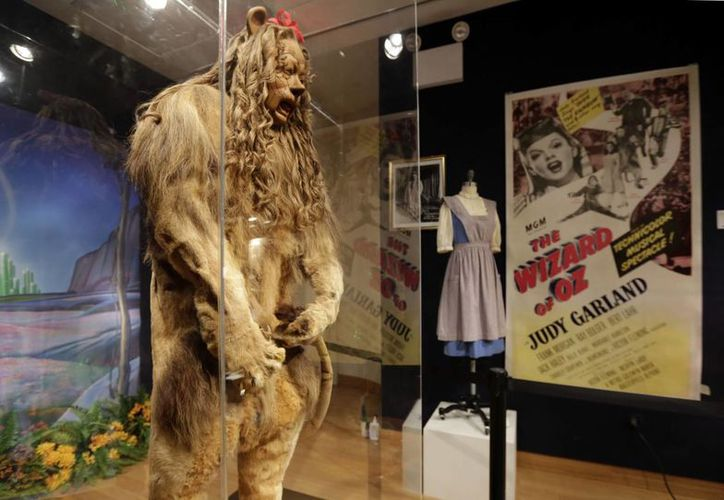 El traje de león cobarte que usó Bert Lahr será subastada con otros artículos de Hollywood, en Nueva York. (Agencias)