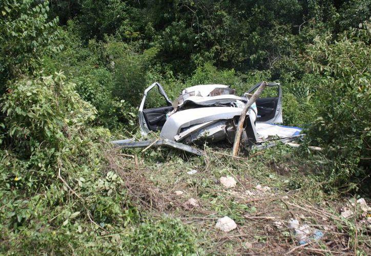 El conductor del taxi huyó luego de chocar su unidad contra un espectacular en la carretera Tulum-Cobá. (Sara Cauich/SIPSE)