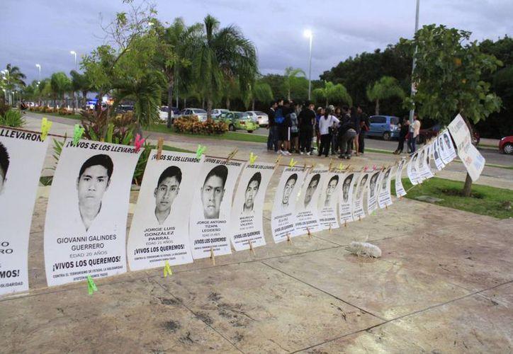 Los cancunenses realizaron un mitin informativo, en forma cronológica. (Sergio Orozco/SIPSE)