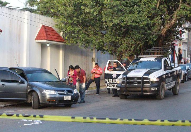 Peritos localizaron cinco casquillos alrededor del auto, ninguna bala hirió a los tripulantes. (Foto: Redacción/SIPSE)