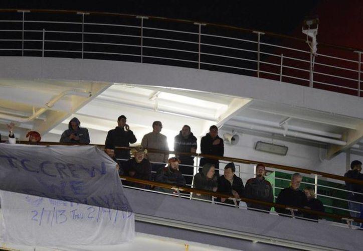 Pasajeros que aún se encontraban en el barco. (Agencias)
