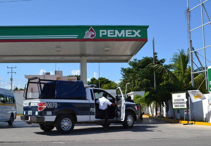 Los elementos policiales llegaron a la gasolinera para recabar los datos e iniciar la averiguación. (Redacción/SIPSE)