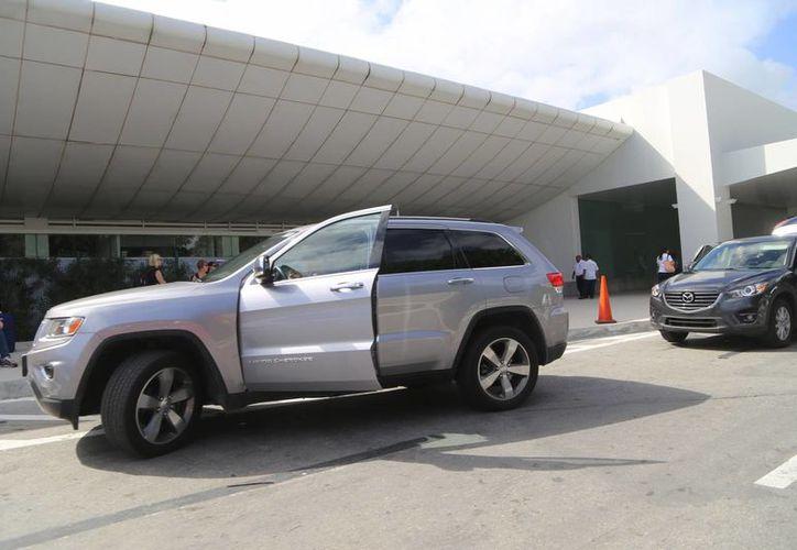 Recomiendan a los automovilistas que van por un pasajero a cualquiera de las tres terminales utilizar el estacionamiento del aeropuerto. (Luis Soto/SIPSE)