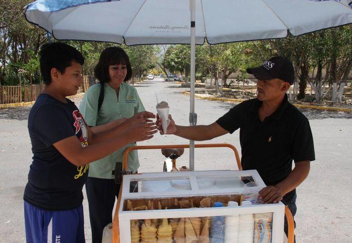 La higiene es muy importante cuando se trata de venta de alimentos, así que Domingo se alista como en cualquier trabajo. (Consuelo Javier/SIPSE)