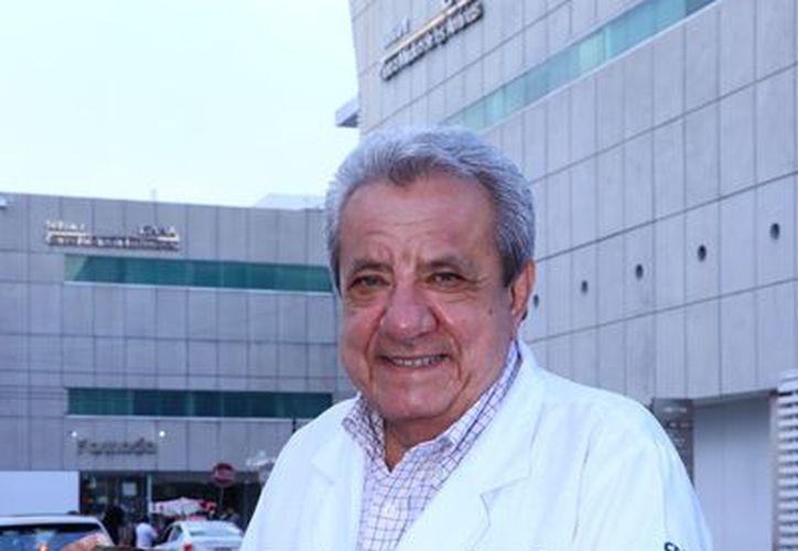 El médico e historiador participó en ocho libros creados por varios autores, entre ellos la Enciclopedia Iberoamericana de Hematología. (Foto: Jorge Acosta/Milenio Novedades)