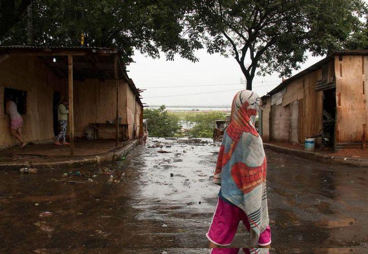 Registro de una calle inundada por el desbordamiento del río Paraguay en el barrio La Chacarita de Asunción. (EFE)