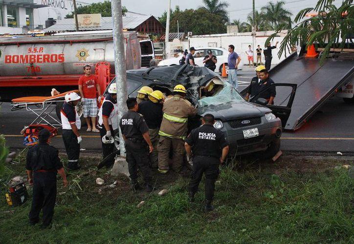 El piso mojado fue factor para que el conductor de la camioneta perdiera el control del volante en el Anillo Periférico de Mérida. (Martín González/SIPSE)