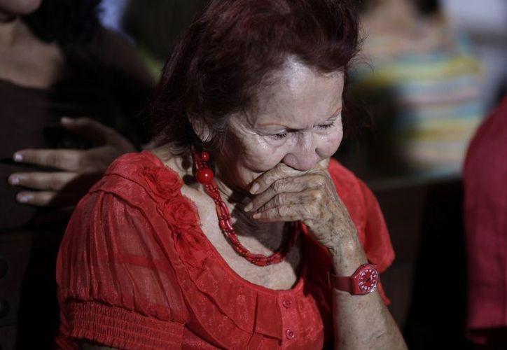 Una mujer ora por la salud de Hugo Chávez, en una iglesia de Caracas, Venezuela. (Agencias)