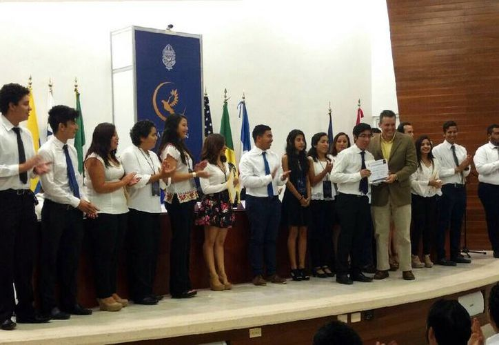 Imagen de la entrega del reconocimiento al equipo de trabajo de la Uady y a su mejor elemento, Ángel Lara. (Facebook UADY MUN)