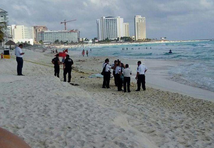 El hombre se introdujo al mar cuando tenía señalización de bandera roja. (Eric Galindo/SIPSE)