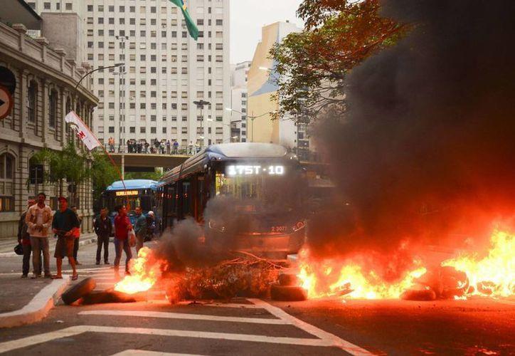 Según reportes oficiales, los manifestantes bloquearon 14 carreteras en 27 estados de Brasil. (EFE)