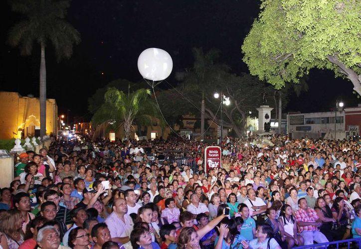 """Imagen de los asistentes al parque de San Juan durante """"La Noche Blanca"""", donde se presentaron Los Angeles Negros. (Milenio Novedades)"""