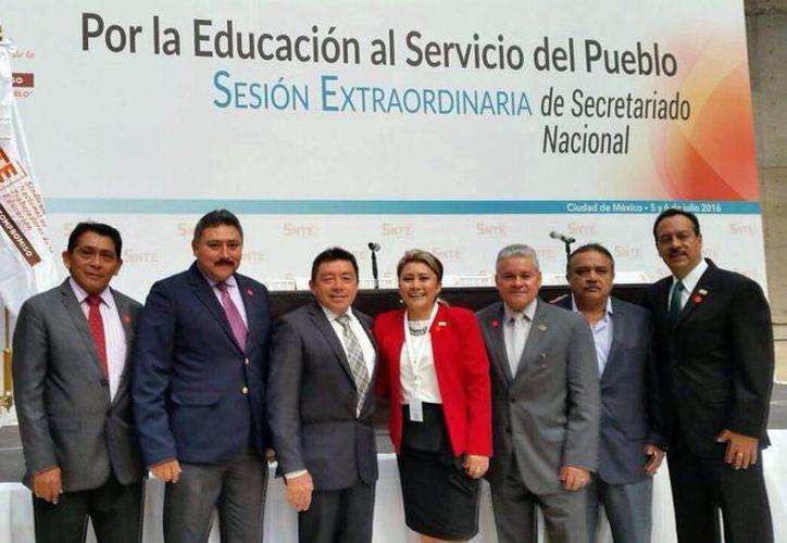 Integrantes del Sindicato Nacional de Trabajadores de la Educación mantiene una mesa de dialogo tras realizar peticiones a la SEP. (Milenio Novedades)