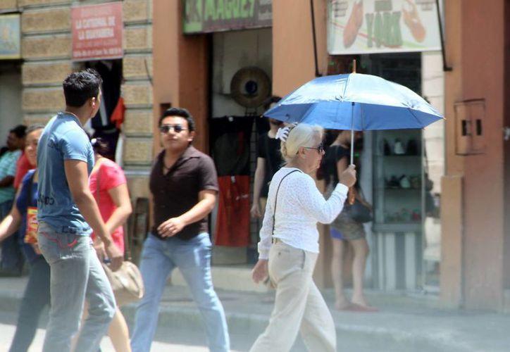 En los próximos días los meridanos utilizarán las sombrillas no solo para cubrirse del sol sino también para protegerse de la lluvias, que este año serán puntuales. (José Acosta/SIPSE)
