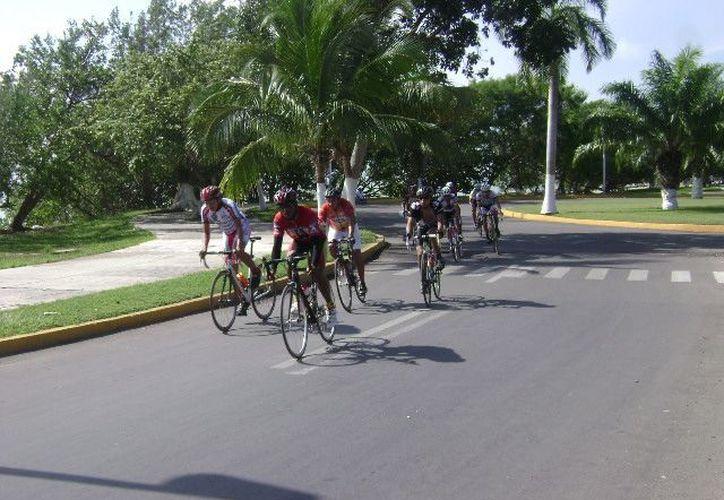 A la linea de salida en la segunda edición dominical de la vuelta ciclista en el bulevar bahía se presentaron 60 competidores. (Alberto Aguilar/SIPSE)