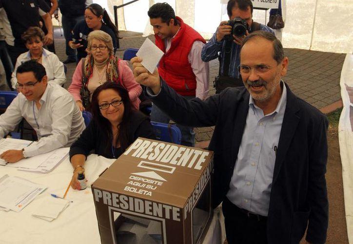 El candidato a la presidencia del PAN Gustavo Madero emitió su voto en el Parque de los Venados, en el marco de los comicios para elegir al presidente nacional panista. (Notimex)