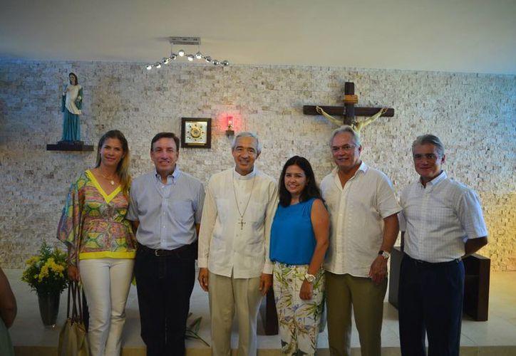 El Arzobispo Jorge Carlos Patrón Wong con integrantes de Vifac en su visita al albergue para la mujer embarazada en desamparo. (Milenio Novedades)
