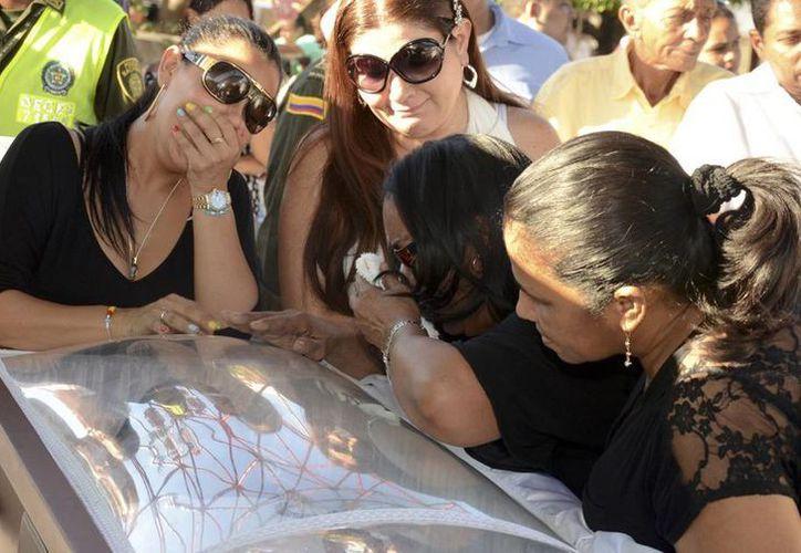 Luz Consuelo Martínez llora durante el funeral de su esposo, Diomedes Díaz, uno de los máximos representantes de la música colombiana. La viuda interpuso una denuncia por que sospecha que su esposo fue asesinado. (Archivo/Agencias)