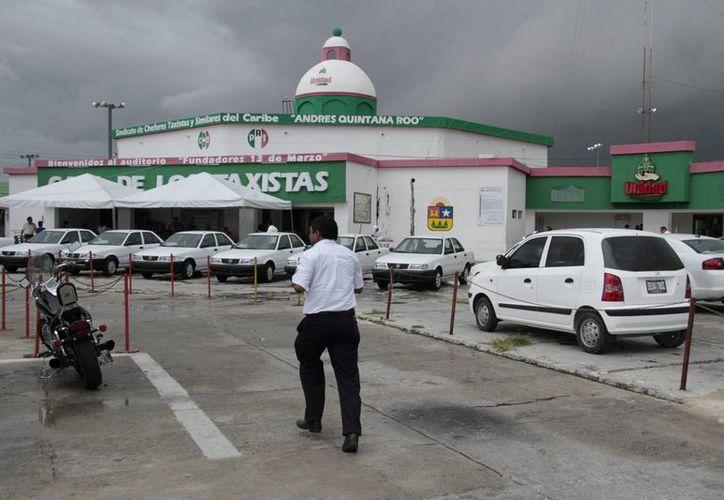 Los 19 mil 200 trabajadores del Sindicato de Taxistas Andrés Quintana Roo generan una bolsas de 60 millones 480 mil pesos en cuotas de defunción e invalidez. (Tomás Álvarez/SIPSE)