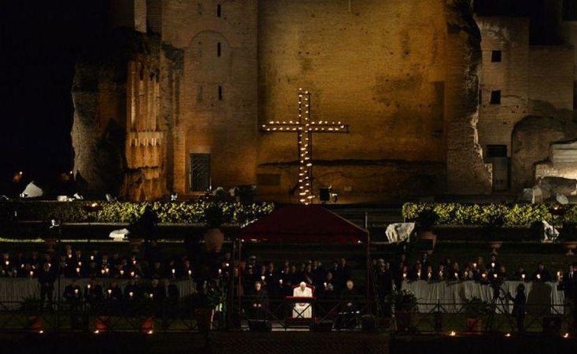 Por primera vez una familia siria, cargó la cruz durante el Vía crucis del Vaticano. (Posta)