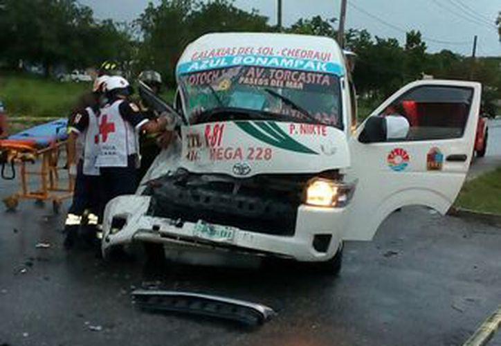 De este hecho de tránsito resultaron 10 pasajeros lesionados. (Foto: SIPSE)