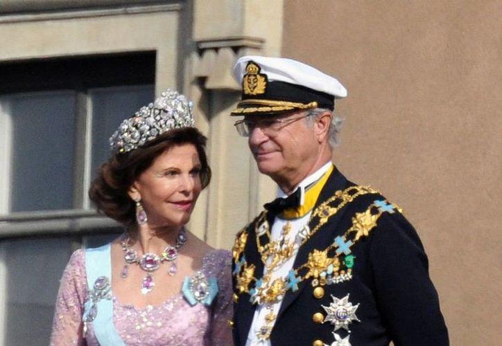 El Rey de Suecia, aquí con su esposa la reina Silvia, estuvo a punto de abdicar tras revelarse romances extramaritales en un libro. (Archivo/Agencias)