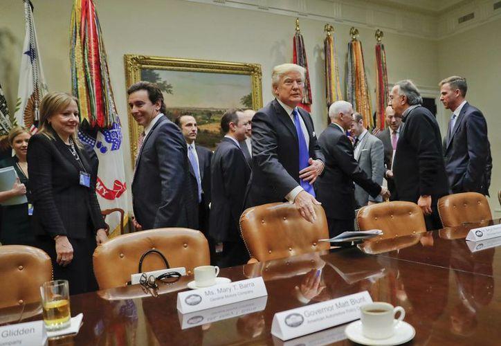El presidente Donald Trump al llegar a su reunión con los directivos de GM, Ford y Fiat Chrysler en la Sala Roosevelt de la Casa Blanca. (AP/Pablo Martinez Monsivais)