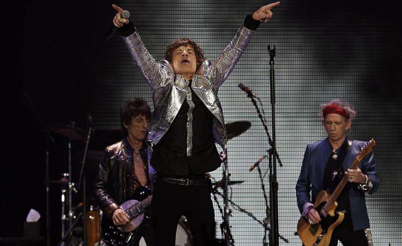 Los integrantes del grupo británico The Rolling Stones Mick Jagger (cent.), Ronnie Wood (izq.) y Keith Richards (der.) durante un concierto. (Archivo/EFE)