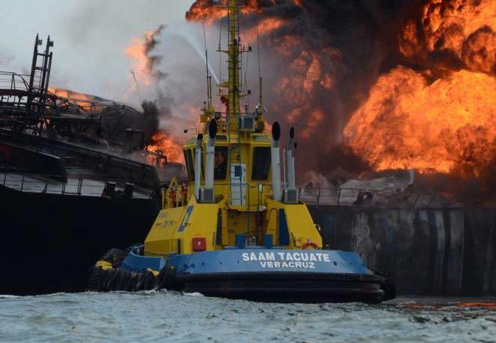El buque Burgos se incendió el 24 de septiembre de 2016, en la zona de fondeadero del puerto de Veracruz. (Archivo/EFE)