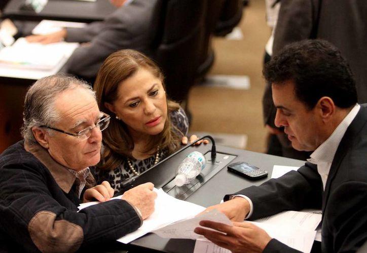Los senadores, Miguel Romo, Graciela Ortiz e Ismael Hernández, durante el análisis y debate de Reforma Energética, en el Senado de la República. (Notimex)