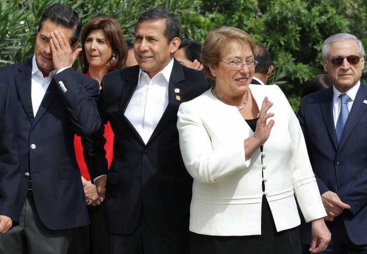 Los mandatarios de México, Enrique Peña Nieto; Chile, Michel Bachelet y de Perú, Ollanta Humala, posan para el retrato oficial de la X Cumbre de la Alianza del Pacífico en Paracas, Perú. (EFE)