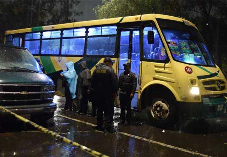Un delincuente que subió a un microbús con la intención de despojar de sus pertenencias a los pasajeros, fue ultimado por uno de los usuarios. (La Prensa).