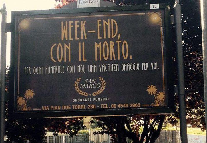 Cartel publicitario de la funeraria San Marcos, en Roma, que ofrece una noche de hotel gratuita para dos personas a quienes contraten uno de sus servicios. (EFE)