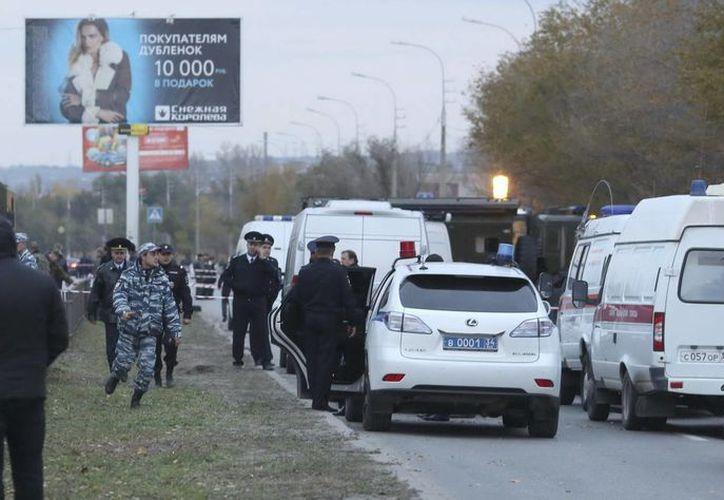 Fuerzas de seguridad rodean el lugar del atentado contra un autobús de pasajeros en Volgogrado, Rusia. (Archivo/EFE)